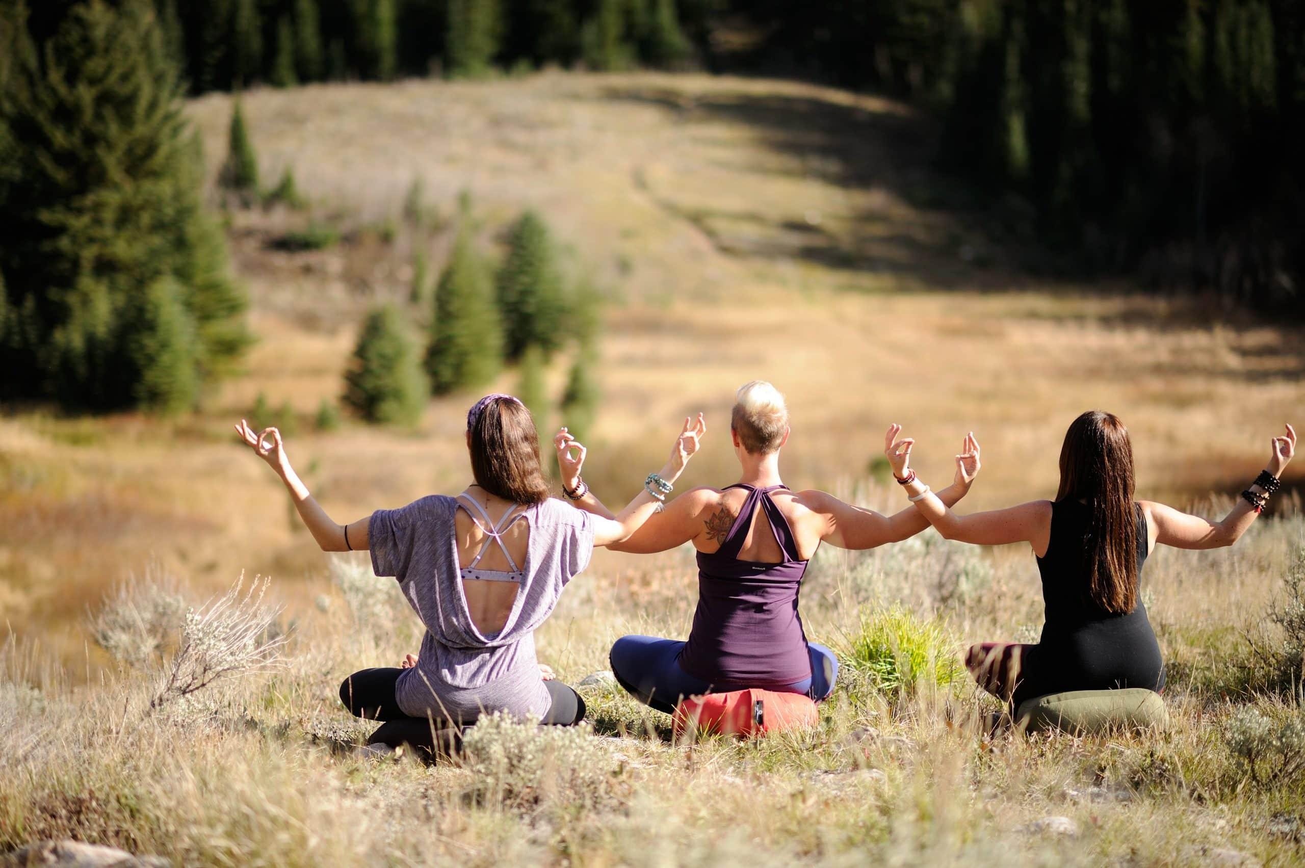 drie vrouwen in meditatiehouding