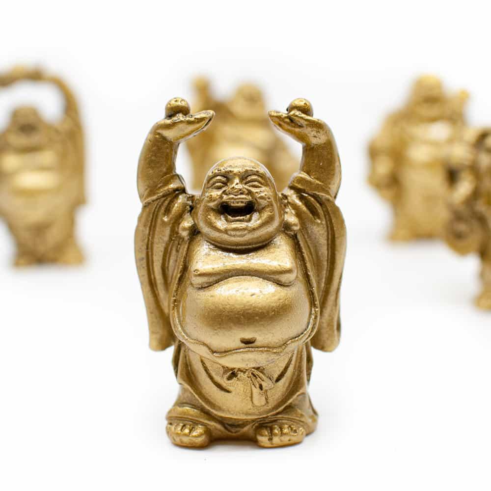 lachende monnik beeldje met handjes omhoog