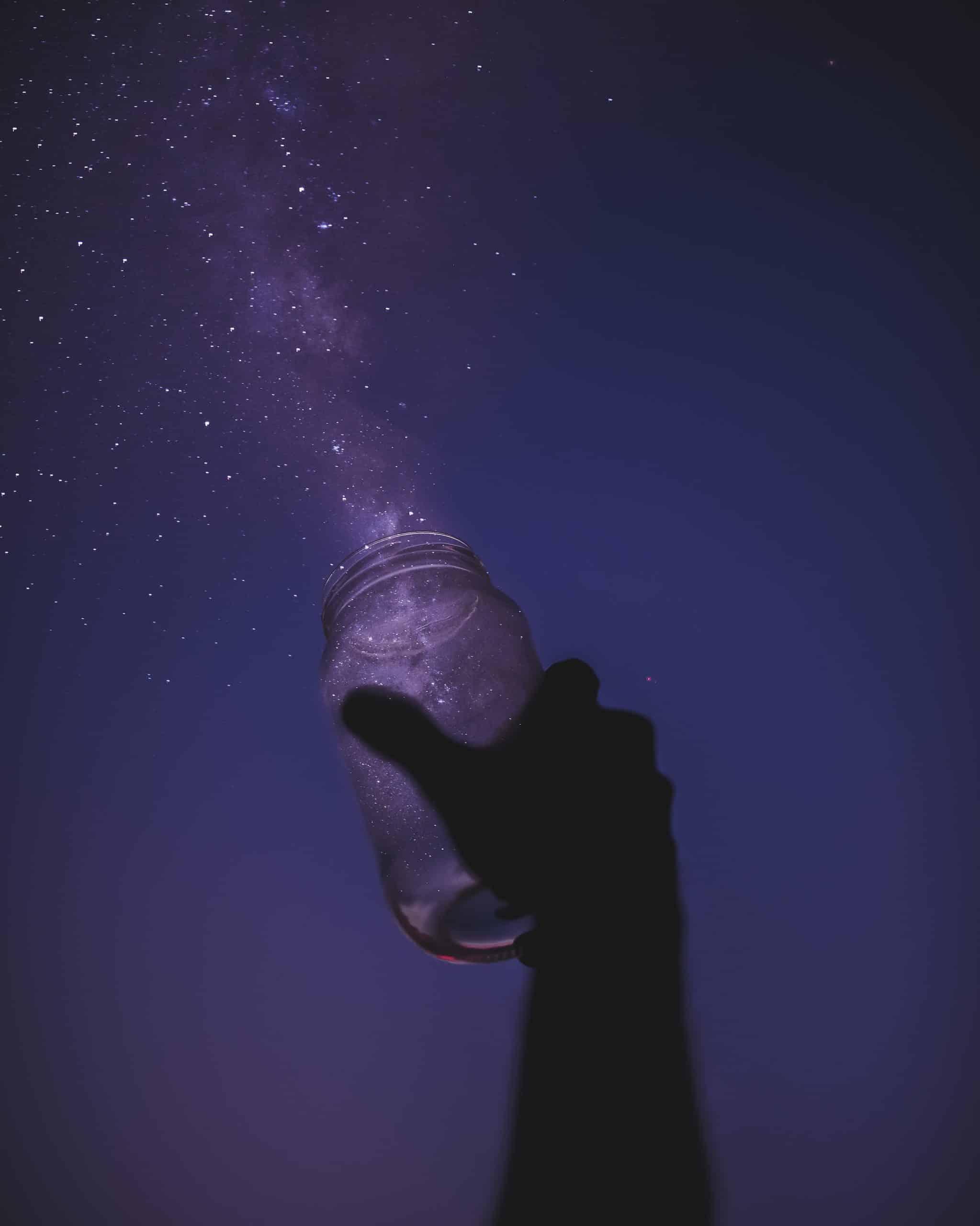 open pot met glitters bij paarse hemel