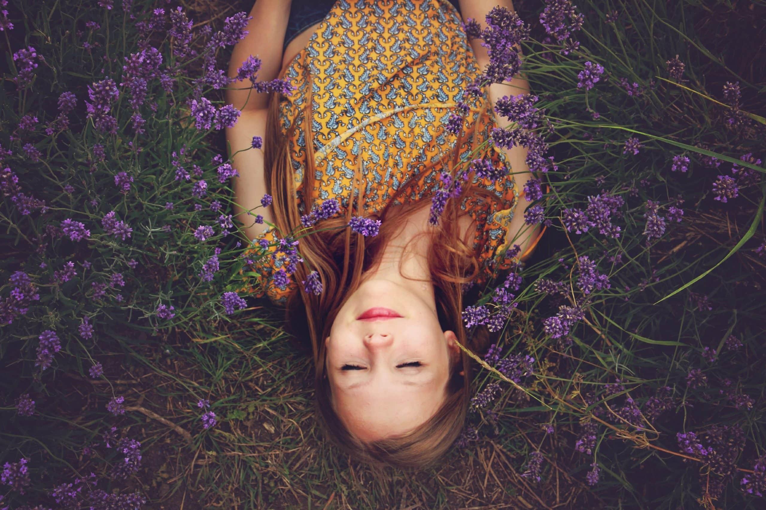 vrouw droomt tussen lavendel