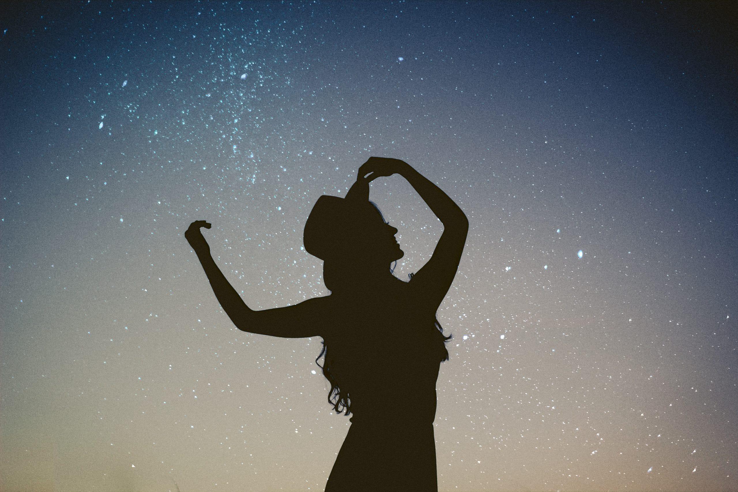 vrouw sterrenhemel